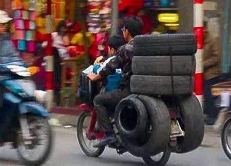 motosikletle yuek tasiyan insanlarin ilginc goeruentueleri