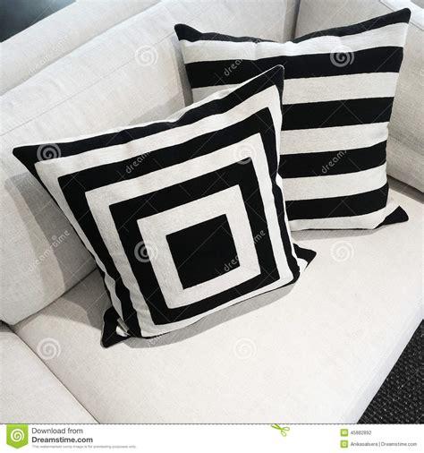 stock cuscini cuscini in bianco e nero su un sof 224 fotografia stock