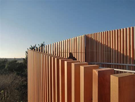 lamellen hout verticaal uitkijktoren met houten lamellen architectuur nl