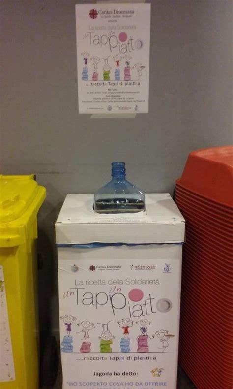 Dispenser Giovani al moderno un dispenser per la raccolta dei tappi