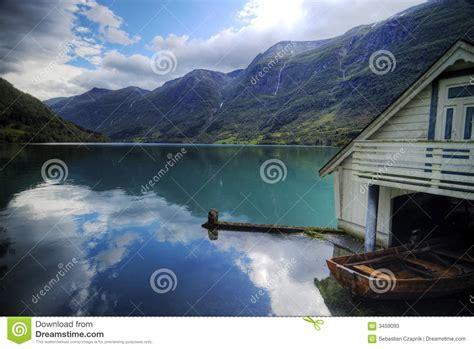 hutte norvege fjord et maison de bateau la norv 232 ge photos stock
