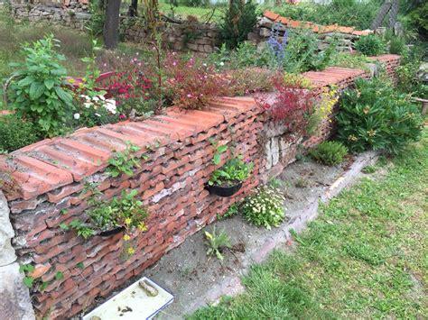 trockenmauer aus den alten ziegeln nach einem jahr aus