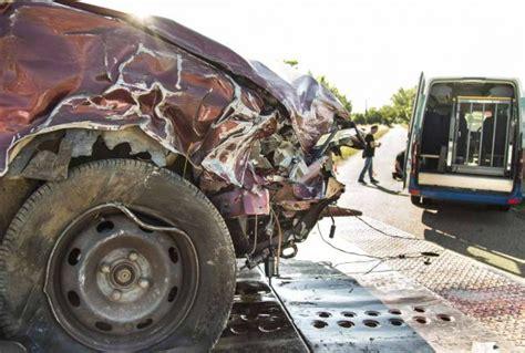 accidente conejera atendidas dos personas tras la colisi 243 n de un turismo con