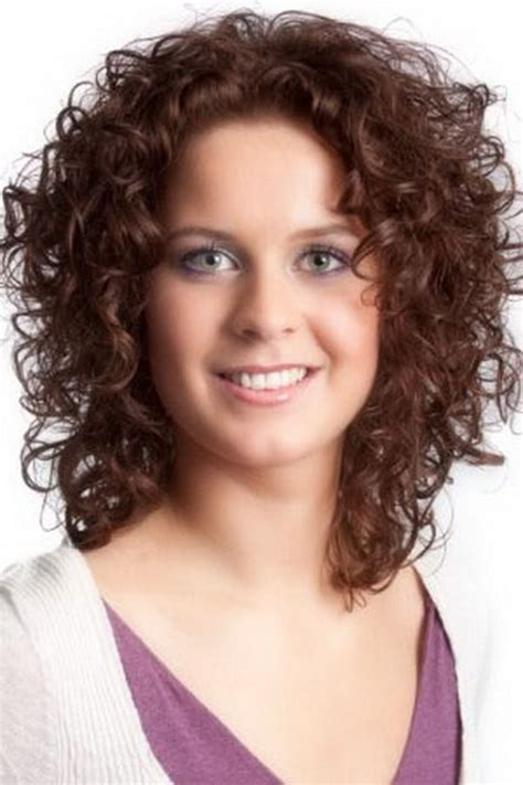 Hairstyles For Curly Medium Hair by Sensational Medium Length Curly Hairstyle For Thick Hair