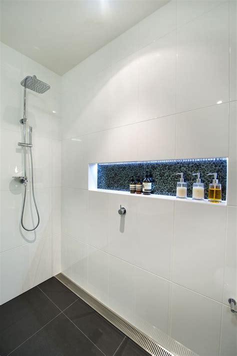 wandfliesen anthrazit dusche bodengleiche mit ablaufgitter ablage mit led