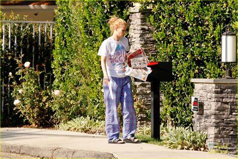 iggy azalea house iggy azalea wears her pjs outside picks up the mail at her new house photo 741057