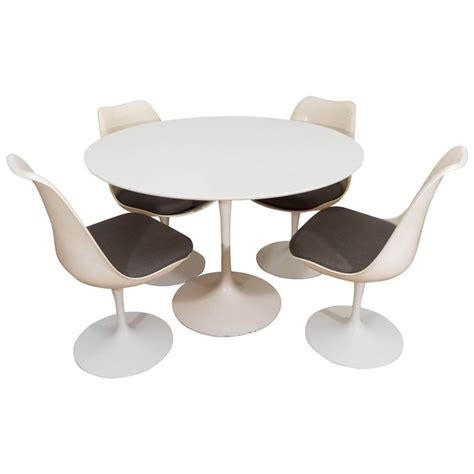 Tulip Table And Chairs by Eero Saarinen Set Of Four Tulip Chairs And Table For Knoll