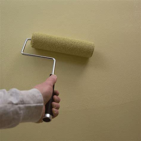 imbiancare soffitto pitturare soffitto con rullo imbiancare casa utili