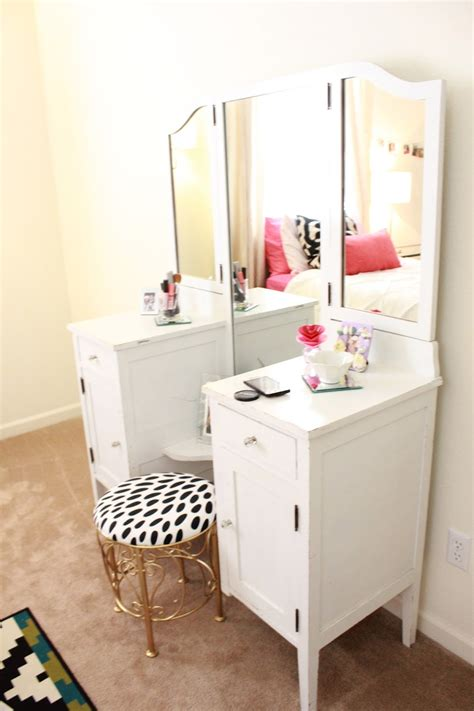 Corner Vanity Bedroom by Best Ideas About Corner Vanity Makeup With Table Bedroom