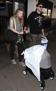 amanda seyfried children amanda seyfried and thomas sadoski arrive in la with baby