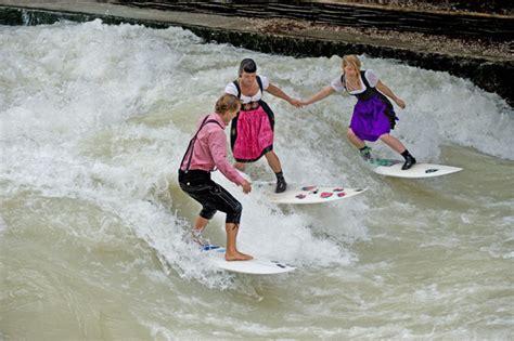 Englischer Garten München Eisbach Surfen by Eisbachwelle De Eisbach M 220 Nchen River Surfing Alles