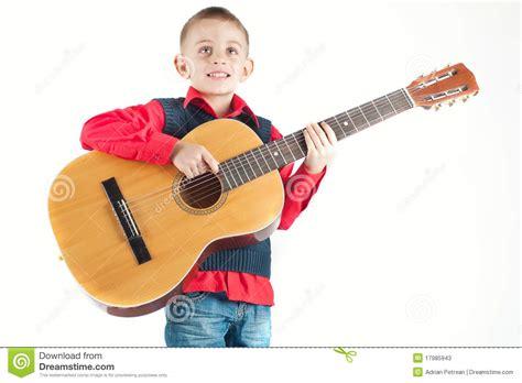 stuhl zum gitarre spielen welches die gitarre spielt stockbild bild 17985943