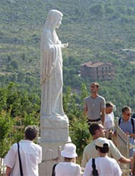 madonna medjugorje si illumina la statua della madonna si illumina la veggente di