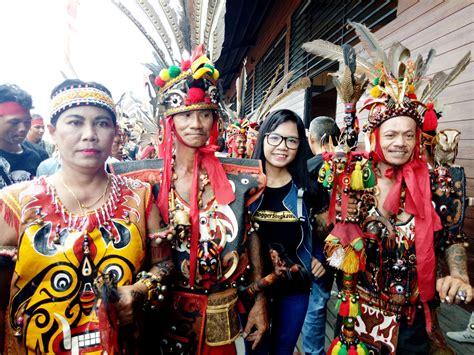 Foto Baju Adat Dayak festival budaya masyarakat adat dayak di pekan gawai dayak 2017