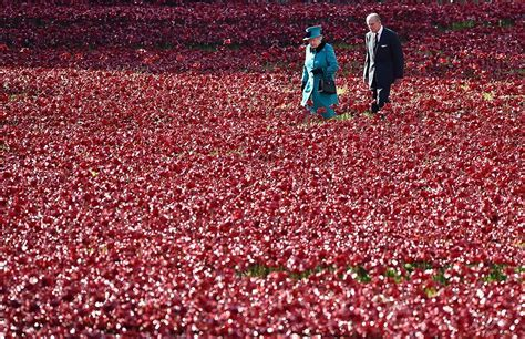 The Queen visits poppy memorial at Tower of London   Photo