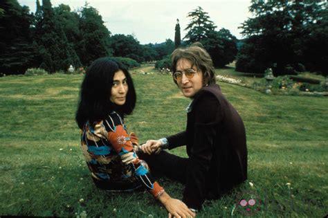 imagenes de john lennon con su esposa john lennon y su mujer yoko ono en un parque fotos en bekia