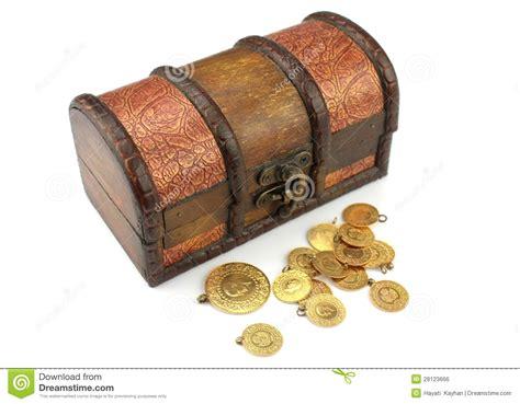 alte schatztruhe alte schatztruhe mit gold lizenzfreies stockbild bild