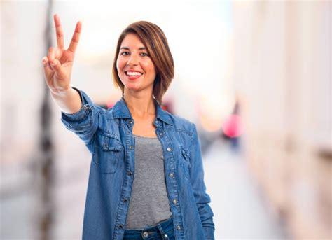 imagenes mujer alegre mujer alegre mostrando el gesto de la victoria descargar