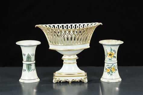 in un vaso di porcellana lotto di un vaso impero in porcellana e due vasetti a