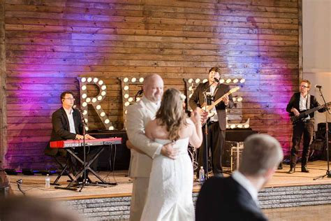 4 tips to help you decide between a wedding band or a dj