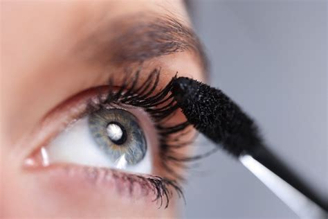 7 Of Applying Mascara The Right Way by How To Put On Mascara Mascara Tips How To Wear Mascara