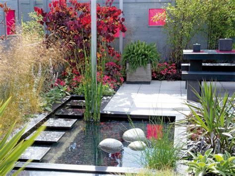 plante pour etang jardin cascade fontaine de jardin et pi 232 ce d eau projets modernes
