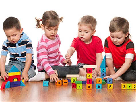 imagenes de niños jugando con sus juguetes bloques interactivos ser padres