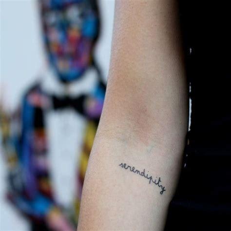 yolo tattoo on finger 手上漂亮个性的简单的英文字母纹身图案