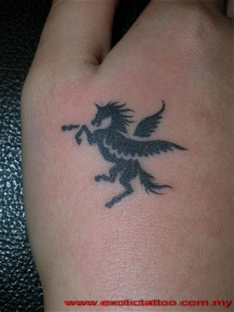 imagenes de unicornios para tatuajes tatuaje de un unicornio sangrante