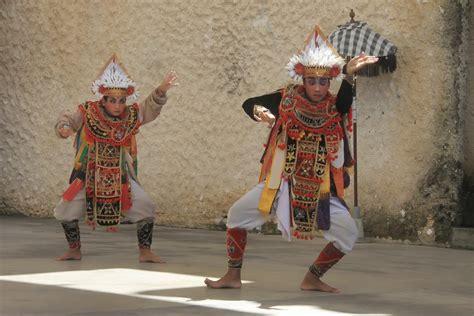 Pakean Tari Baris Tari Bali tari baris simbol ketangguhan prajurit bali