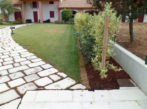 cordoli giardino cordoli per aiuole un io giardino con un percorso di