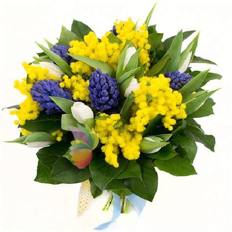 bouquet mimosa e fiori foto bouquet con mimosa fiori e tulipani bianchi