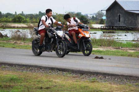 minggu 10 april 2011 cerita anak sd miris di kobar banyak anak sd bawa motor sendiri