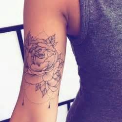 tatouage de femme tatouage dotwork sur bras