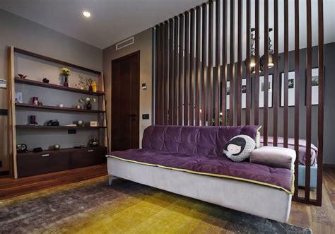 Incroyable Salle A Manger Grise Design #1: mobilier-bois-fonce-cloison-bois-etagere-bois-peinture-grise-canape-gris-lilas.jpg