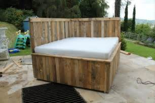 Patio Ice Chest Diy Pallet Outdoor Bed Sectional Pallet Bed 101 Pallets
