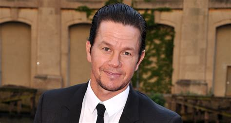 how much does mark wahlberg bench press 100 mark wahlberg bench press mark wahlberg gets