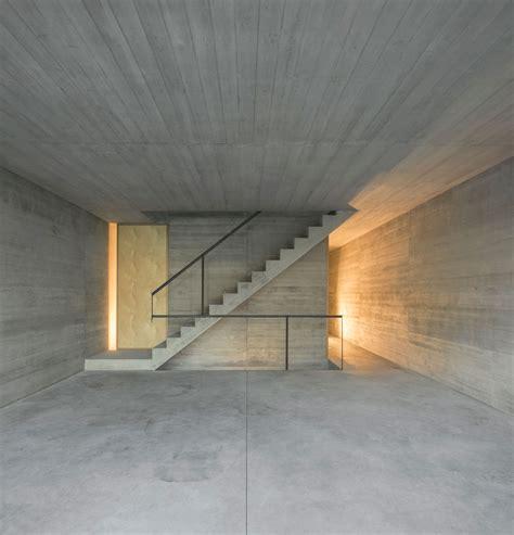 sichtbetontreppe innen licht und schatten wohnhaus in lissabon detail