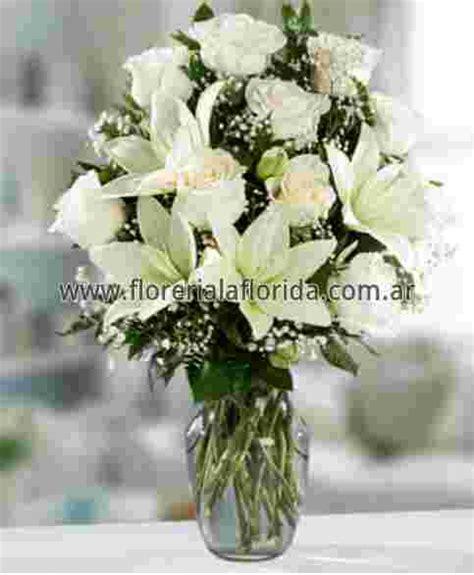 arreglos florales de azucenas floreras tu jardn arreglo florales 12 rosas blancas importadas con liliun