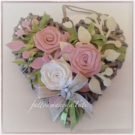 di vimini cuore di vimini con tre di lino bianco e rosa per