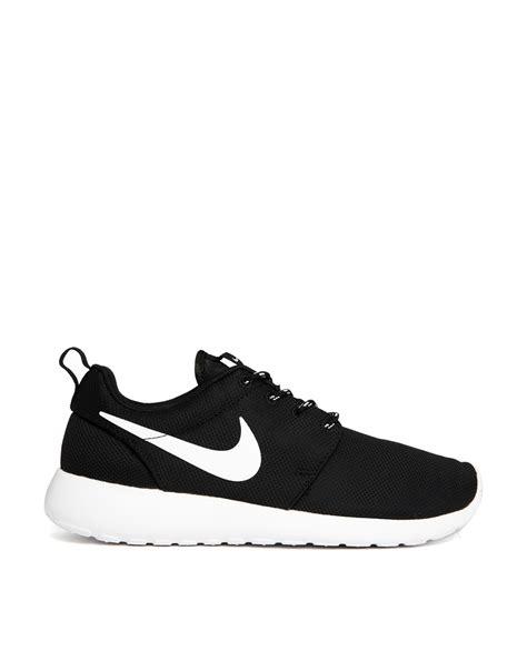 nike roshe run black trainers in black lyst