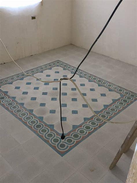 piastrelle con disegni un pavimento con delle piastrelle di color grigio