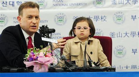 Kacamata Wanita Cewe 5045 Merah Box Fashion jadi viral karena ganggu wawancara ayah netter fokus