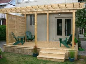 Pergola Screen Material by Deck And Pergola With Side Screen Gives Total Privacy From