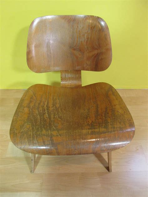 eames molded plywood lounge chair lcw eames lcw molded plywood lounge chair at 1stdibs