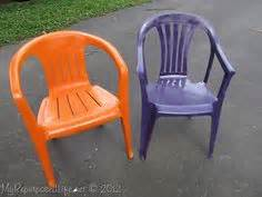 painting plastic chairs on plastic chairs