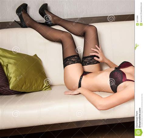 sofa porno piernas atractivas de las mujeres con los tacones altos