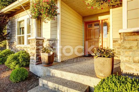 veranda stein eingang veranda mit stein trim stockfotos freeimages