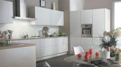 cuisine grise et blanche stunning cuisine blanche mur gris et jaune images