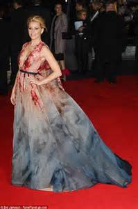 Gamis Elizabeth elizabeth banks wows at the hunger premiere daily